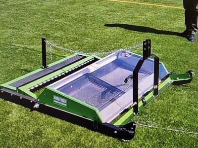 L'Ajuntament adquireix una màquina per a la neteja de la gespa artificial